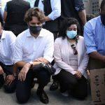 کینیڈین وزیراعظم کی گھٹنوں کے بل جھک کر احتجاجی مظاہرے میں شرکت