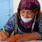نوے سالہ ترک خاتون نے آ خر کاراپنانام لکھناسیکھ لیا